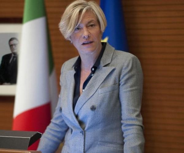 وزيرة الدفاع الإيطالية: لن نعزز حضورنا العسكري بالعراق