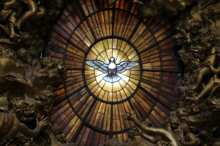 زجاجية الروح القدس في كنيسة القدس بطرس