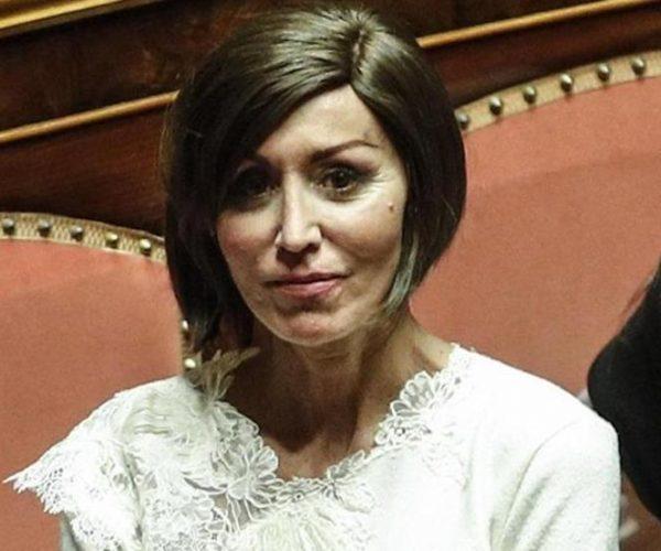 سيناتورة إيطالية: على سالفيني التفاوض مع المفوضية الأوروبية